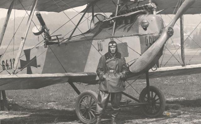 Hans Ramor s svojim letalom na soški fronti, v Ajševici Fotografije osebni arhiv