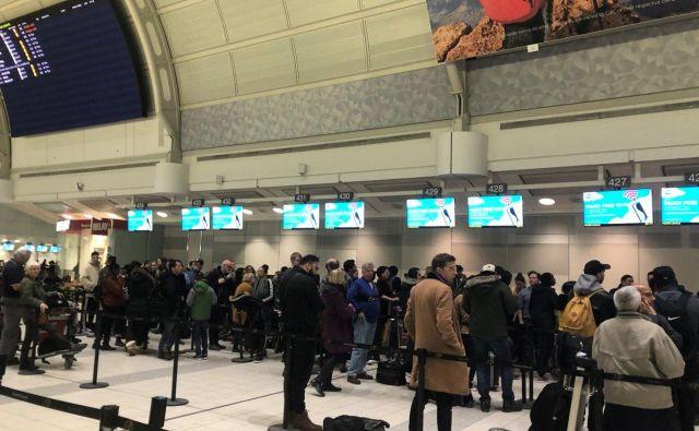 Potniki Wow Aira so zaman čakali tudi na letališču Pearson v Torontu. Po ocenah je po vsem svetu obtičalo okoli 10.000 potnikov. FOTO: Ann Campbell