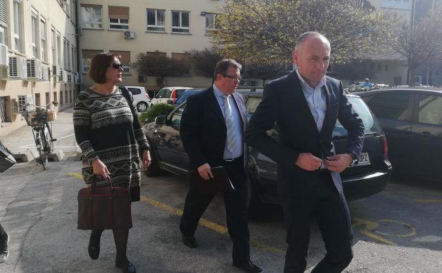 Zdravniki v Celju so bojkotirali obisk novega ministra za zdravje Aleša Šabedra. V ozadju Mirko Stopar, vodja direktorata za zdravstveno ekonomiko in Tanja Mate iz direktorata za zdravstveno varstvo. FOTO: Špela Kuralt/Delo