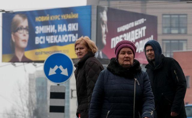 Vija, vaja, ven: Julija Timošenko in Petro Porošenko se bosta danes borila za drugo mesto oziroma nastop v drugem krogu predsedniških volitev. FOTO: Reuters