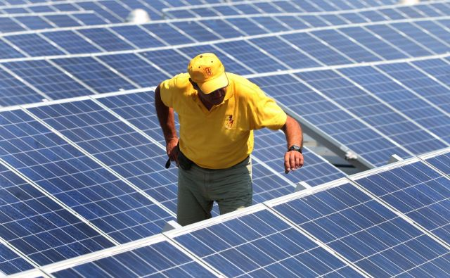 Zdaj si lahko stroške elektrike znižajo tudi podjetja. FOTO: Tadej Regent/Delo