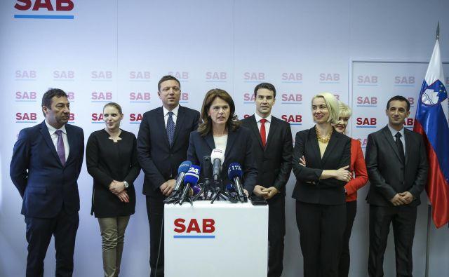 Alenka Bratušek pravi, da je vesela in ponosna, da bo nosilka liste SAB ženska, na katero smo lahko izjemno ponosni. »Je oseba, ki je ob izvolitvi v avstrijski državni zbor prisegla v slovenščini.« FOTO: Jože Suhadolnik/Delo