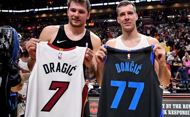 Luka Dončić (levo) in Goran Dragić sta si kot velika prijatelja izmenjala svoji majici. FOTO: USA Today