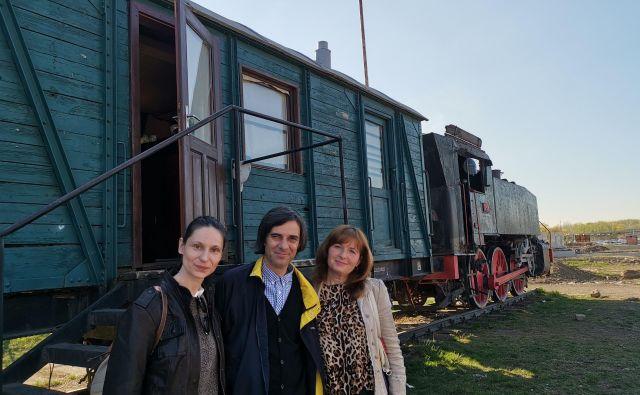 Slovenci v Pančevu pred društvenimi prostori. Z leve Kristina in Josip Weber ter Zinka Marjanović. Foto Milena Zupanič/Delo.