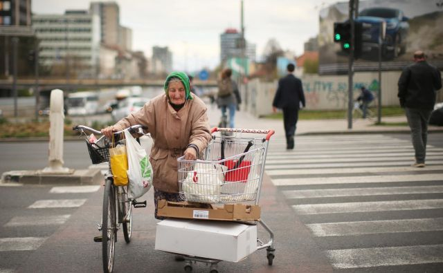 Starejše pogosteje skrbi zdravje, mlajše stanovanjske razmere, starše z mladoletnimi otroki napredek v izobraževanju. FOTO: Jure Eržen/Delo