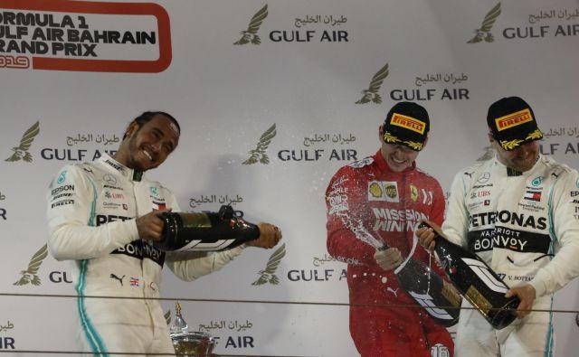 Mercedesova zvezdnika Lewis Hamilton (levo) in Valtteri Bottas (desno) sta se strinjala, da bi si zmago včeraj v Bahrajnu zaslužil Ferrarijev dirkač Charles Leclerc. FOTO: AFP