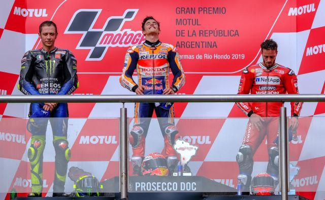 Andrea Dovizioso (desno) je tudi med razglasitvijo mrko držal ob Valentinu Rossiju (levo) in Marcu Marquezu. FOTO: Reuters