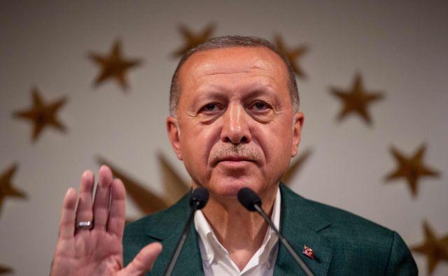 Lokalne volitve sredi gospodarske krize veljajo za preizkus za turškega predsednika Recepa Tayyipa Erdoğana, ki jih je označil za ključne za preživetje naroda. FOTO: AFP