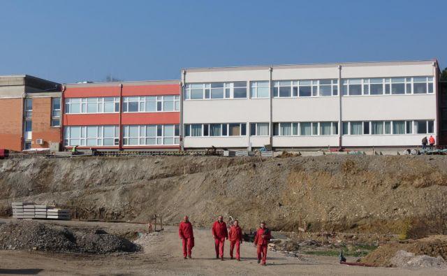 Novogradnji bosta povezani z obstoječo šolsko stavbo na Koroški ulici 11. FOTO: Mateja Kotnik