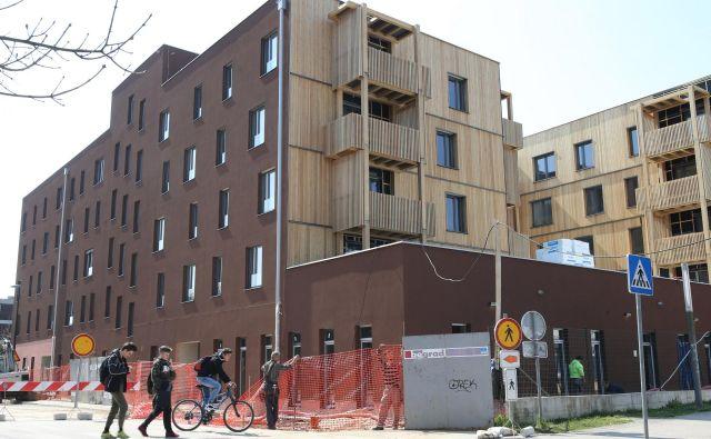 Še letos bo v soseski Polje lV vseljivih 64 novih neprofitnih stanovanj. FOTO: Tomi Lombar/Delo