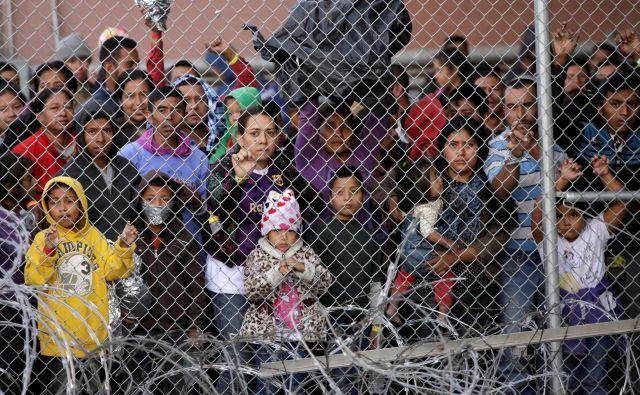 Na mejni prehod El Paso v Teksasu se je zgrnilo na stotine ljudi iz Srednje Amerike, ki si želijo azil zaradi razmer v domačih državah. Foto Reuters