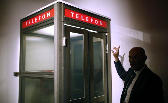 V kotu sobe je tipična telefonska govorilnica iz nekdanjih analognih časov; prav skozi to govorilnico so načrtovalci ture skrivnih prostorov speljali vhod v podzemlje hotela in nekdanje skupne države. FOTO: Blaž Samec/Delo