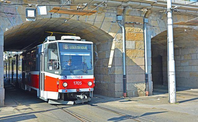 Avtobus je na križišču v središču mesta čelno trčil v tramvaj. FOTO: Shutterstock
