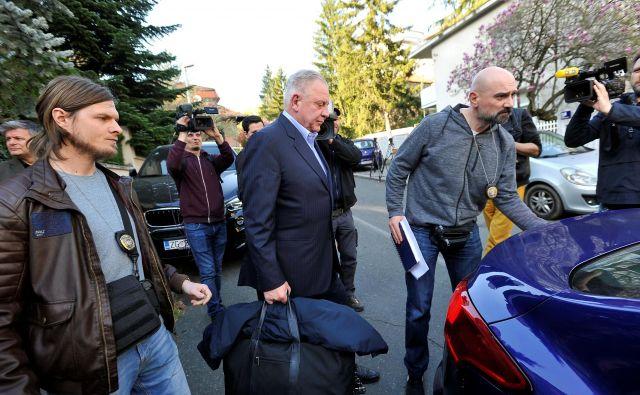 Iva Sanaderja peljejo v zapor. FOTO Reuters