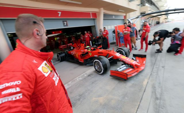 Mick Schumacher je danes malo po 8. uri pripeljal iz Ferrarijeve garaže v Sakhirju. FOTO: Reuters