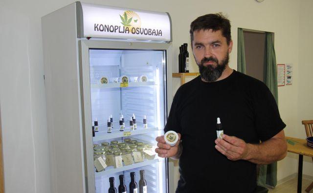 Janko Pirc v svoji trgovini Konoplja osvobaja v Brežicah prodaja in svetuje ljudem, ki so se znašli v stiski zaradi zdravja. FOTO: Tanja Jakše Gazvoda