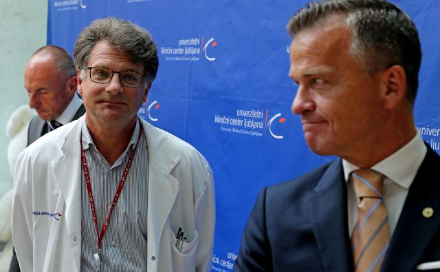Teodor Žepič (desno) z Alešem Šabedrom in Janezom Jazbecem na lanski tiskovni konferenci Pediatrične klinike. FOTO: Tomi Lombar/Delo