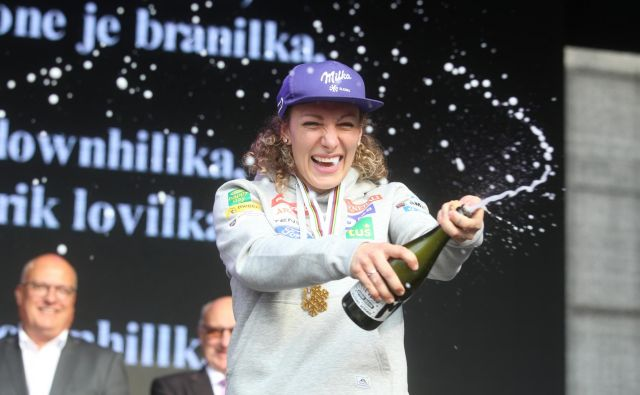 V valu navdušenja je med sprejemom Ilka Štuhec navijače v prvih vrstah poškropila s šampanjcem. FOTO: Tadej Regent/Delo