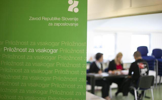 Od 9245 brezposelnih oseb, ki jih je marca zavod odjavil iz evidence, se je zaposlilo oziroma samozaposlilo 7555 oseb, kar je<br /> 35,6 odstotka več kot februarja in 7,8 odstotka manj kot marca. FOTO: Jože Suhadolnik/Delo