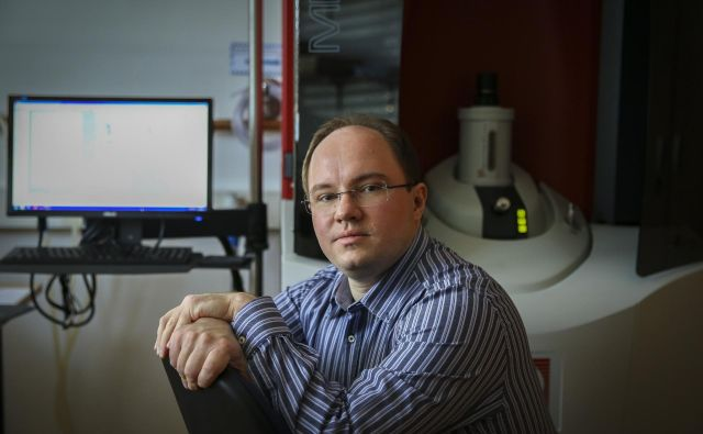 Dr. Primož Koželj je polovično zaposlen na Institutu Jožef Stefan, polovično pa na Fakulteti za matematiko in fiziko. Foto Jože Suhadolnik