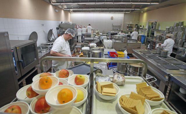 V kuhinji dnevno pripravijo do 800 obrokov. FOTO: Tadej Regent