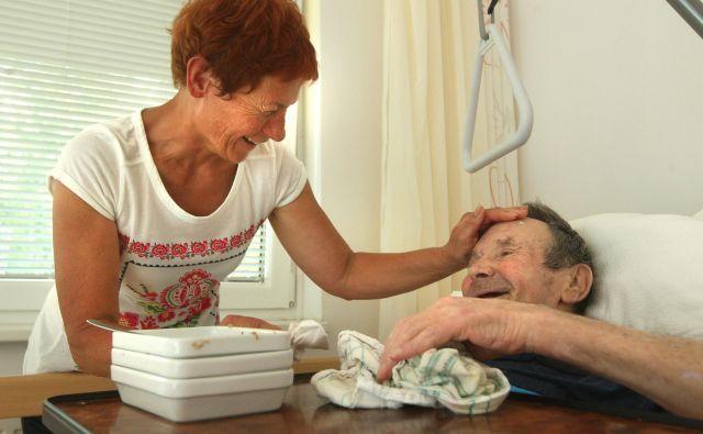 Zakon o dolgotrajni oskrbi ne bo rešil težav zaradi pomanjkanja oskrbovalcev in negovalcev. Foto Igor Zaplatil