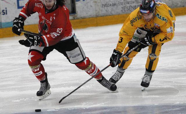 Hokejisti Jesenic in Brunica so uprizorili izjemno razburljivo tekmo, Philippe Paradis (levo) pa je bil vnovič med najvidnejšimi železarji. FOTO: Mavric Pivk