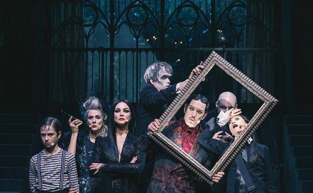 Broadwayski muzikal razgrinja srečanje čudaške družine Addams z družino Krneki. Foto Peter Giodani