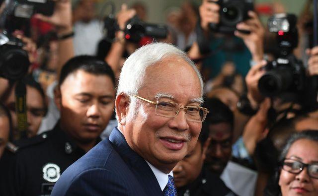 V hišni preiskavi nekdanjega predsednika in njegove soproge je policija zasegla za 243 milijonov evrov dobrin. FOTO: Mohd Rasfan/AFP