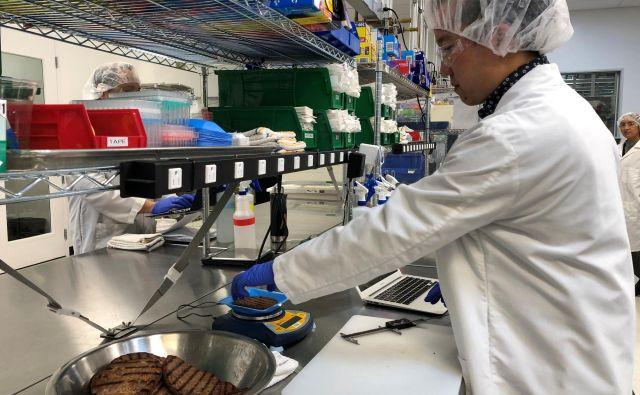 Prigrizke z »umetno govedino« po receptu Impossible Foods (na fotografiji) bo Burger King najprej ponudil v 59 restavracijah. FOTO Reuters