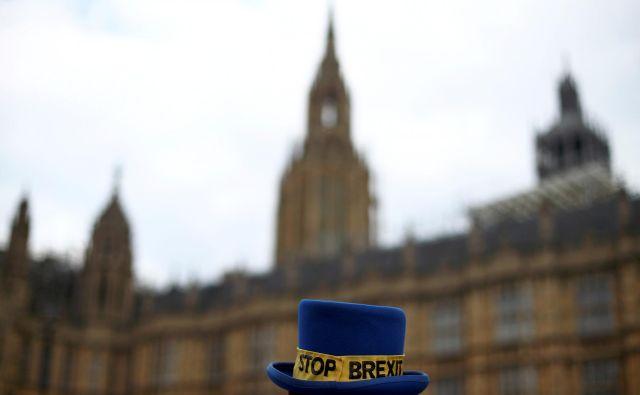 Protestnik proti brexitu pred parlamentom v Londonu. FOTO: Hannah Mckay/Reuters