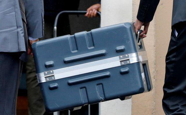 Kovček, v katerem je črna skrinjica strmoglavljenega boeinga 737. FOTO: Philippe Wojazer/Reuters