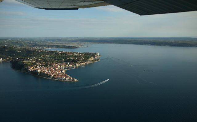 Že ob izbruhu prisluškovalne afere so se pojavile ocene, da sta se Slovenca, ki sta se pogovarjala o razdelitvi Piranskega zaliva, ujela v hrvaške prisluškovalne mreže. FOTO: Jure Eržen/Delo