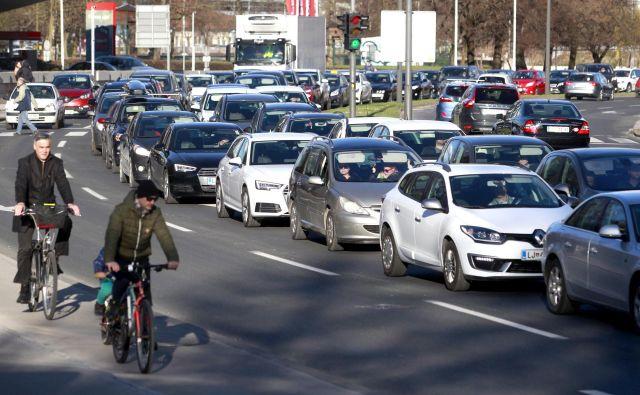 Starejšim voznikom največ težav pri vožnji povzročata pravilna nastavitev sedežnega položaja in namestitev vzvratnih ogledal. Foto Roman Šipić