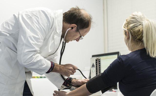 Ukrepi v družinski medicini bodo morali biti pravočasni zato, da bi zdravnike, ki so napovedali odpovedi, prepričali, da bi v sistemu ostali. Hkrati pa morajo ti ukrepi prepričati mlade zdravnike, da bodo videli smisel v specializiciji družinske medicine. FOTO: Voranc Vogel/Delo