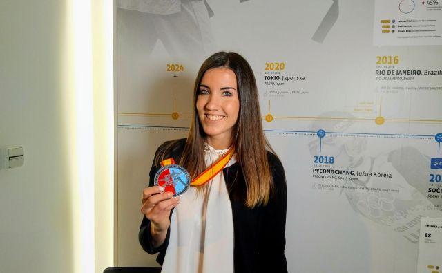 Tjaša Ristić je včeraj ponosno pokazala srebrno kolajno z nedavnega evropskega prvenstva v Guadalajari. FOTO: Miha Šimnovec