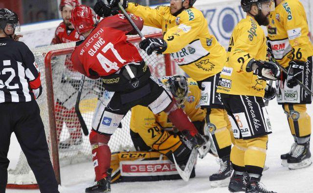 Hokejisti SIJ Acronija Jesenic in Brunica so tudi tokrat uprizorili izjemen boj. FOTO: Mavric Pivk/Delo