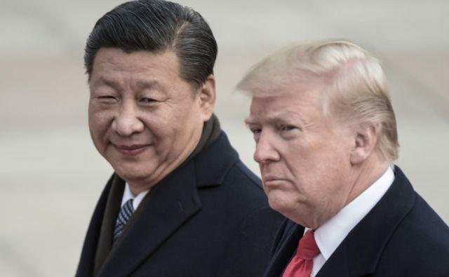 Sporazum je nujen, so poudarili analitiki, že zato, ker je carinska vojna najprej bolj vplivala na kitajsko gospodarstvo, pozneje pa močneje na upočasnitev ameriške rasti. FOTO: Fred Dufour/AFP