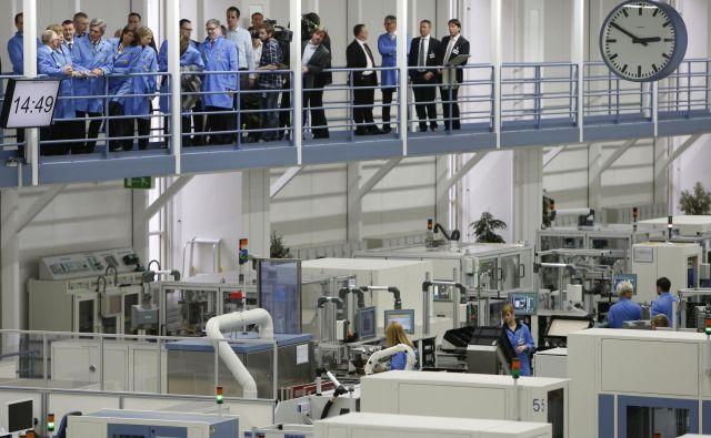 Angela Merkel in Joe Kaeser, izvršni direktor Siemensa, si ogledujeta proizvodnjo. Pa je ta še konkurenčna? FOTO: Reuters