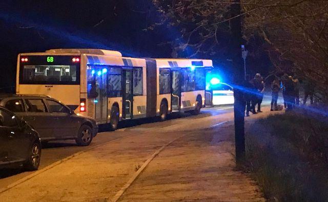 Voznik ugrabljenega avtobusa je ohranil mirno kri in s tem preprečil morebiten tragičen konec včerajšnjega dogajanja v prestolnici. Foto M. M.