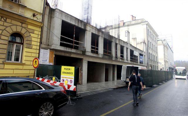 Pred dobrim mesecem so delavci gradbenega podjetja Kostak začeli z deli na nedokončani stavbi na Dalmatinovi. FOTO: Roman Šipić