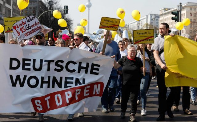 »Ustavite Deutsche Wohnen!« so protestirali Berlinčani proti podjetju, ki ima v lasti več kot sto tisoč stanovanj. FOTO: AFP