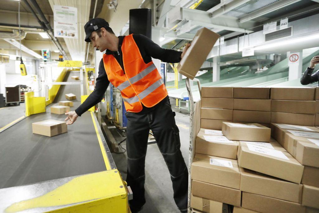 FOTO:Hitrejša obdelava paketov sledi rasti spletne prodaje