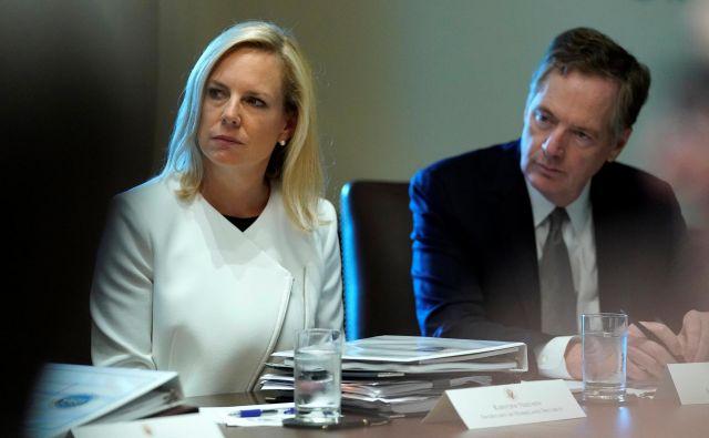 Donad Trump je menda že dolgo nezadovoljen z delom ministrice za domovinsko varnost Kirstjen Nielsen (na fotografiji skupaj s trgovinsikm pogajalcem ZDA Robertom Lighthizerjem). FOTO: Reuters