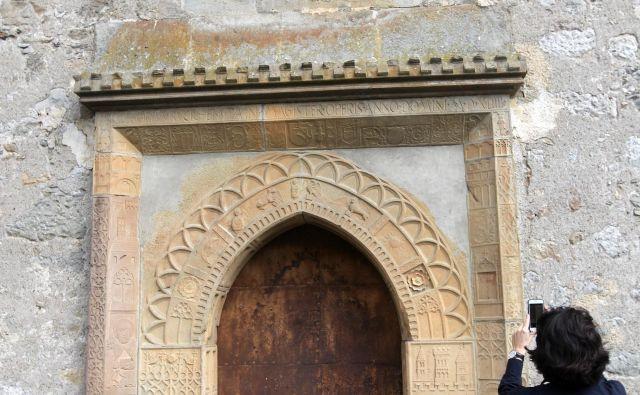 Mojster Gregor Ruckhenstain je v cerkvi na Dvoru vklesal enega najbolj okrašenih glavnih portalov leta 1544. FOTO Mavric Pivk/Delo
