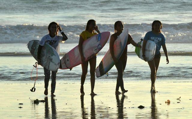 Utrinek iz plaže Kuta na Baliju, kjer poteka lokalno tekmovanje surferjev. Foto Sonny Tumbelaka Afp
