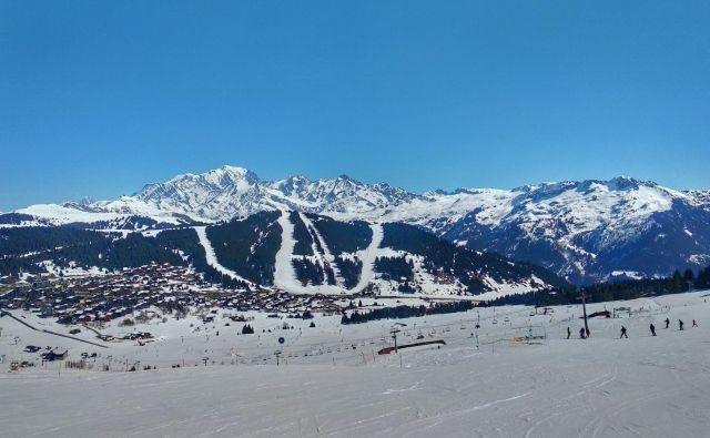 Pogled na Les Saisies in tamkajšnja smučišča, v ozadju Mont Blanc. Fotografije Blaž Močnik
