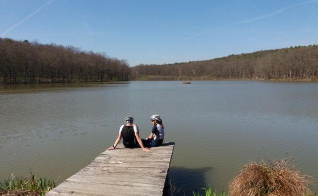 Po dolgem kolesarjenju se še kako prileže počitek ob jezeru. FOTO: Helena Kocmur