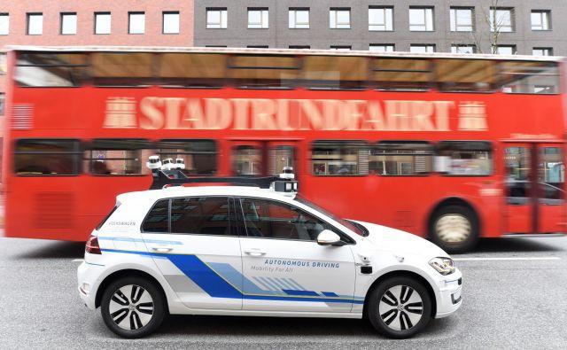 Samovozeči e-golf na testiranju v Hamburgu. FOTO: Reuters