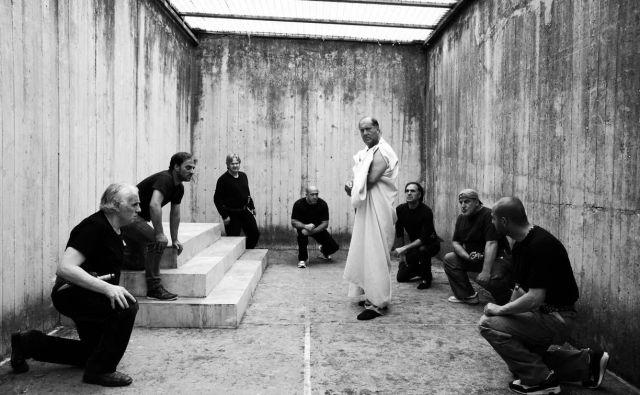 Eden od režiserjev zaporniške drame <em>Cezar mora umreti</em> (2012) Paolo Taviani: »Upam, da si bodo tisti, ki so videli najin film, rekli, da tudi zapornik, obsojen zaradi grozovitega dejanja, je in ostaja človeško bitje.« FOTO: prizor iz filma